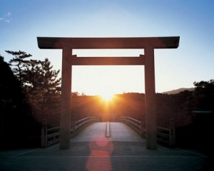 【伊勢神宮は、太陽神を祀ってあるだけあって、天文学を駆使した設計となっています。  例えば、伊勢神宮内宮の宇治橋では、冬至の日に、大鳥居の真正面から朝日が昇るよう設計されており、】